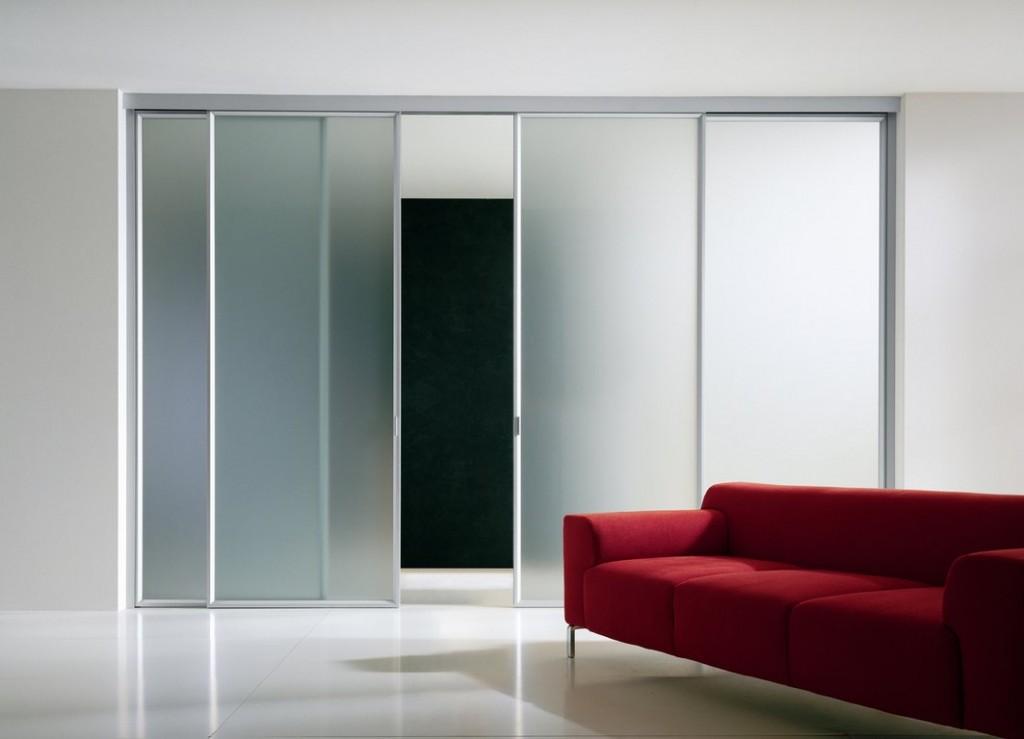 Como ampliar um ambiente usando portas de correr em vidro?