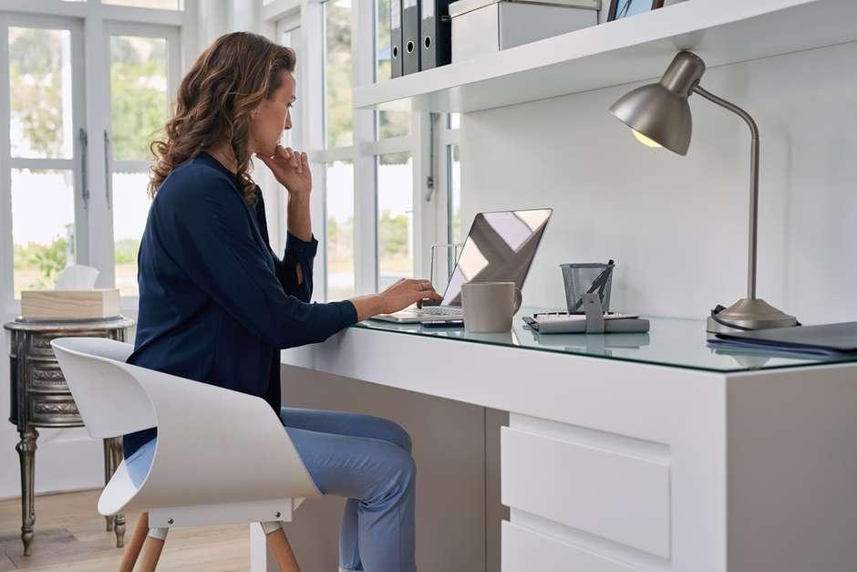 ideias-para-decorar-o-escritorio-de-vidro-3